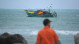 Kapal di lepas pantai Banda Aceh ini membawa pengungsi Sri Lanka yang akan menuju Australia