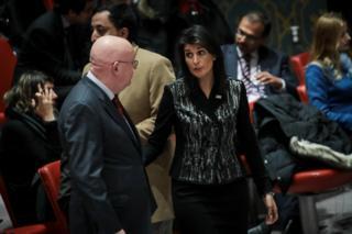Rusya'nın BM Daimi Temsilcisi Vasily Nebenzia (solda) ve ABD'nin BM Daimi Temsilcisi Nikki Haley