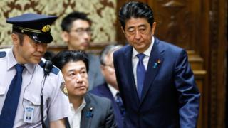 安倍晋三首相は24日、厳しい質問に答えなければならなかった