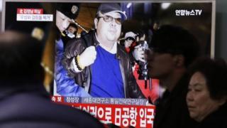 Un monitor con la imagen de Kim Jong-nam.