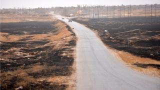 قوات الحشد الشعبي قرب الحدود السورية في مناطق مدمرة