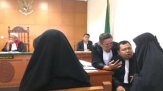 Dian Yuli Novi berembuk dengan dua kuasa hukumnya dari Tim Pembela Muslim.