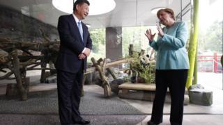 Ангела Меркель та голова КНДР Сі Цзіньпін в берлінському саду для панд