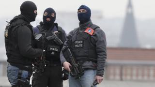 ブリュッセルの最高裁判所前で警備する警官たち(24日)