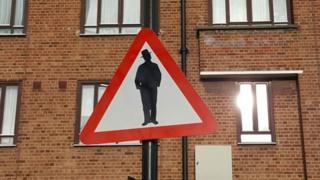 """дорожный знак """"Осторожно: евреи!"""""""