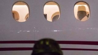 นายยาห์ยา จัมเมห์ ขึ้นเครื่องบินเพื่อเดินทางไปยังกีนี โดยมีผู้สนับสนุนมาให้กำลังใจจำนวนไม่น้อย
