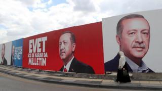 Портреты Эрдогана на заборе