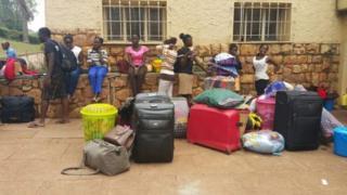 Des étudiants de l'Université Makerere font leurs valises après la fermeture de l'établissement.
