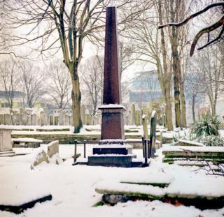 Кладбище Брейди-стрит в разгар зимы.