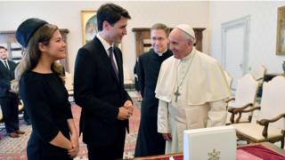 Justin Trudeau (ortada), Papa Francesco (sagda) and Kanada Başbakanı'nın eşi Sophie Gregoire-Trudeau (solda).