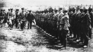 Mustafa Kemal Atatürk, Kurtuluş Savaşı sırasında orduları denetlerken