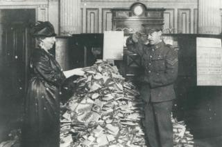Lady Florence Boot presenting a gift to a wounded soldier