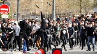 巴黎悼念劉少堯集會現場附近一群年輕男子朝防暴警察扔玻璃瓶(2/4/2017)
