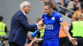 Jamie Vardy and Claudio Ranieri in discussion