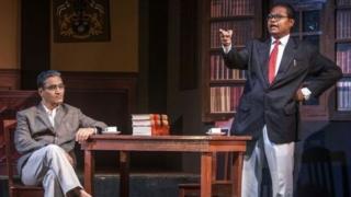 अदालती प्रसंग पर नाटक का मंचन