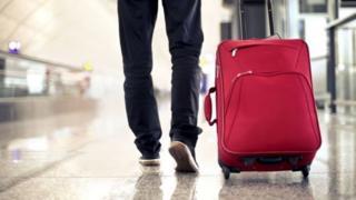 رجل يحمل حقيبة في أحد المطارات
