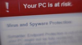 แจ้งเตือนบนหน้าจอคอมพิวเตอร์ว่าคอมพิวเตอร์กำลังเสียงถูกมัลแวร์