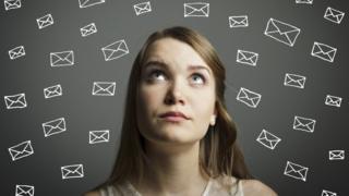 Una mujer con dibujos de sobres de correo rodeándola