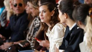 每屆倫敦時裝周的看點之一艾裏珊·鐘在高德史密斯禮堂看愛爾蘭設計師Simone Rocha的新品發佈秀。