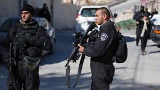 Des policiers israéliens près du domicile du kamikaze Fadi al-Qunbar tué le 9 janvier 2017, dans le quartier de Jabal Mukaber, à Jérusalem-Est