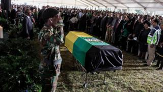 Pemakaman Ahmed Kathrada dihadiri berbagai tokoh pemerintah dan mantan pejuang -kecuali presiden Zuma.