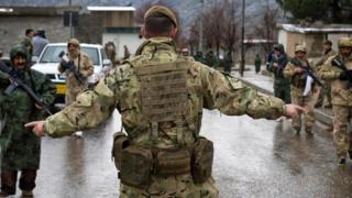 A British soldier training Peshmerga troops in Northern Iraq