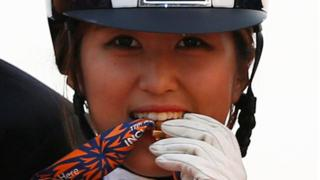 2014年9月20日,鄭尤拉在仁川亞運會贏得馬術盛裝舞步團體金牌,她將金牌咬在嘴裏