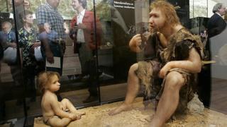 Recreación de un Neanderthal adulto y otro niño en un museo.