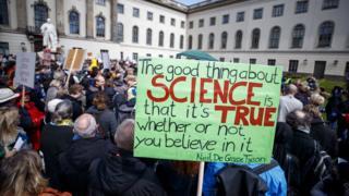 Участники марша протеста в Берлине выступают в защиту науки