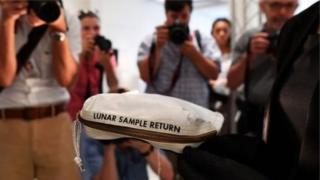 அமெரிக்க விண்வெளி வீரர் நீல் ஆம்ஸ்ராங் பயன்படுத்திய சந்திர தூசி பை