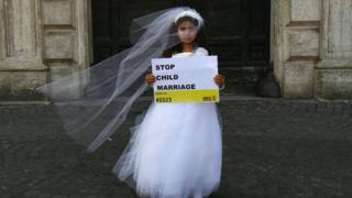 Niña vestida de novia