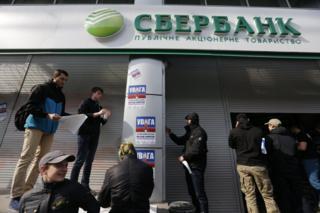 """На початку березня активісти в центрі Києва заблокували роботу центрального відділення """"Сбербанка России"""", заклавши вхід цеглою."""