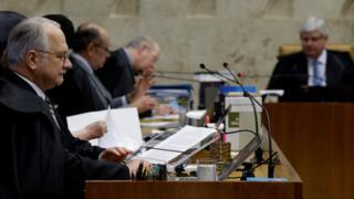 O ministro Luiz Fachin, com o procurador-geral Rodrigo Janot ao fundo, em sessão do STF