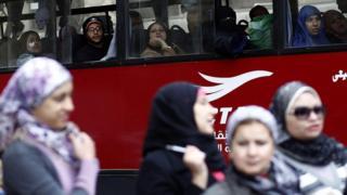 مصريون في أحد حافلات النقل العام