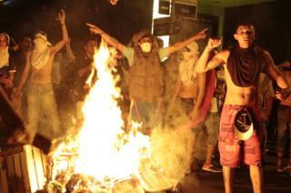 Manifestantes en Paraguay encienden hogueras en el centro de Asunción, 31 de marzo 2017.