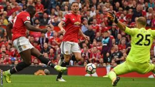 Romelu Lukaku akifungia Manchester United