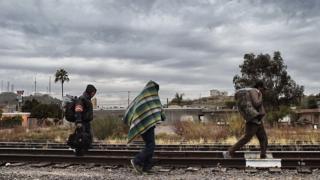 Meksika'nın ABD sınırındaki Sonora eyaletinde yürüyen göçmenler