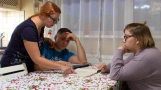 Родители помогают Даше делать домашнее задание