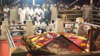 டிடிவி தினகரன் ஆதரவு எம்.எல்.ஏ.க்கள் ஜெயலலிதா சமாதியில் தியானம்