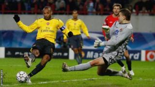 Thierry Henry yari mu bakinyi ba Arsenal mu rukino uwo mugwi uheruka guhuramwo na CSKA