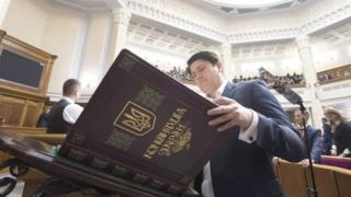 Депутат парламенту гортає Конституцію України