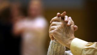 dans eden yaşlı çiftin elleri