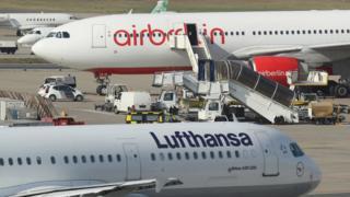 停泊在德国泰柏尔机场的飞机。(资料图片)