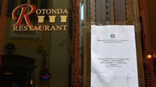 Roma'da mafya örgütlerine ait olduğu iddiası ile kapatılan bir restoran (Arşiv)