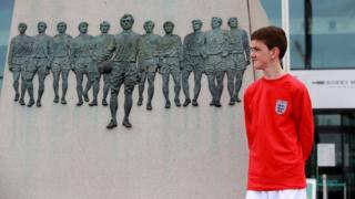 Jonjo next to the Bobby Moore statue