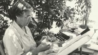 María Moliner con sus fichas y su máquina de escribir.