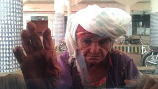 Picture showing Yemeni woman begging