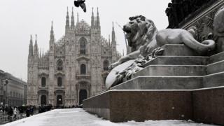 کلیسای جامع میلان در ایتالیا زیر برف