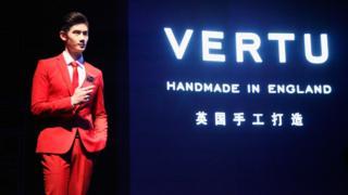 """Vertu, 2014'te çıkardığı dokunmatik ekranlı telefon modelini """"İngiltere'de el yapımı"""" sloganıyla pazarlıyordu."""