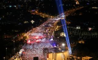 Dövlət çevrilişi cəhdinin ildönümü ilə bağlı on minlərlə insan İstanbul körpüsünə toplaşıb.